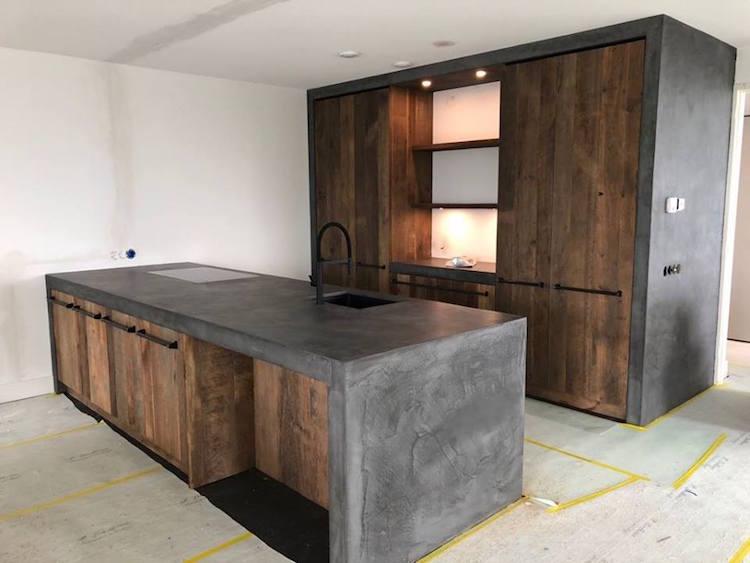Oud eiken keuken met beton stuc product in beeld startpagina