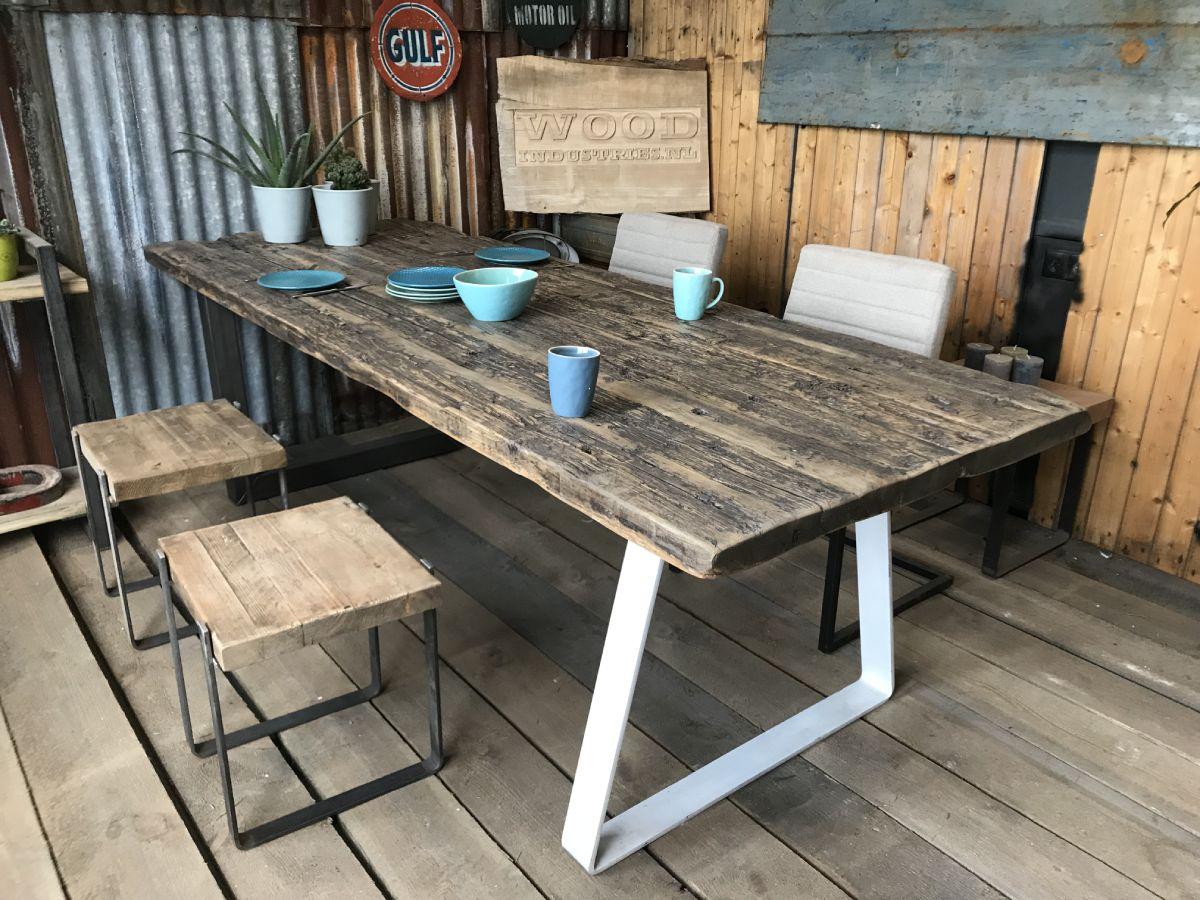 Robuuste wagonhouten tafel