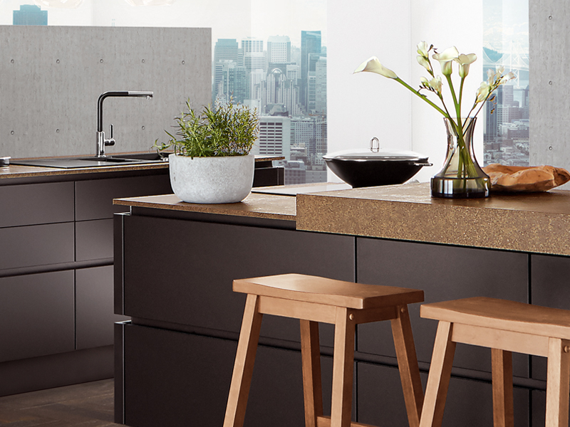 Zwarte keuken met kookeiland product in beeld startpagina voor