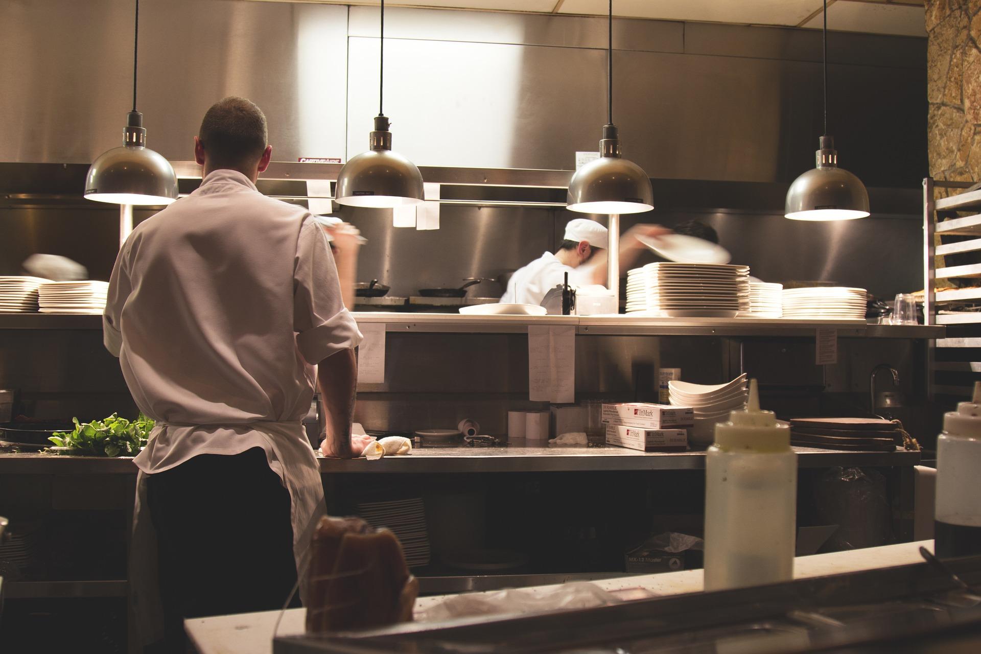 Alles wat je moet weten over RVS werktafels in de keuken #keuken #keukeninspiratie