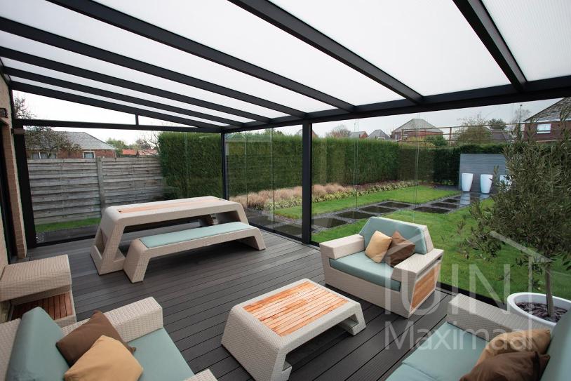 Met een glazen schuifwand maak je een heuse tuinkamer. Tuinmaximaal. #tuin #tuinidee #schuifwand