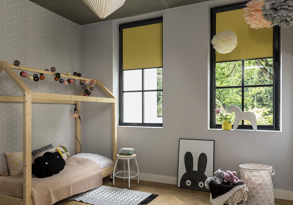 Veilige raamdecoratie voor de kinderkamer. Rolgordijnen