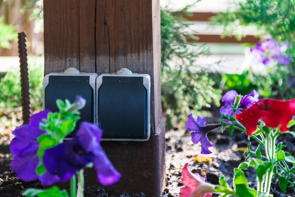 Speciale stopcontacten voor de tuin #tuin #stopcontact #schakelmateriaal