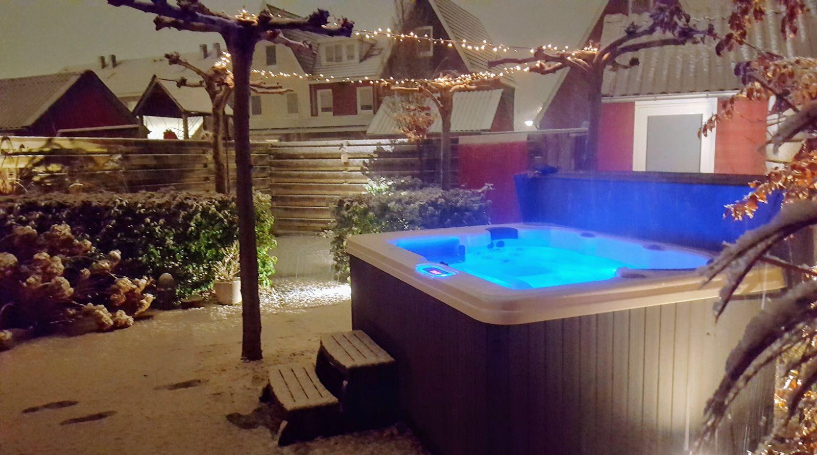 Compleet relaxen in een jacuzzi #jacuzzi #massage #tuin
