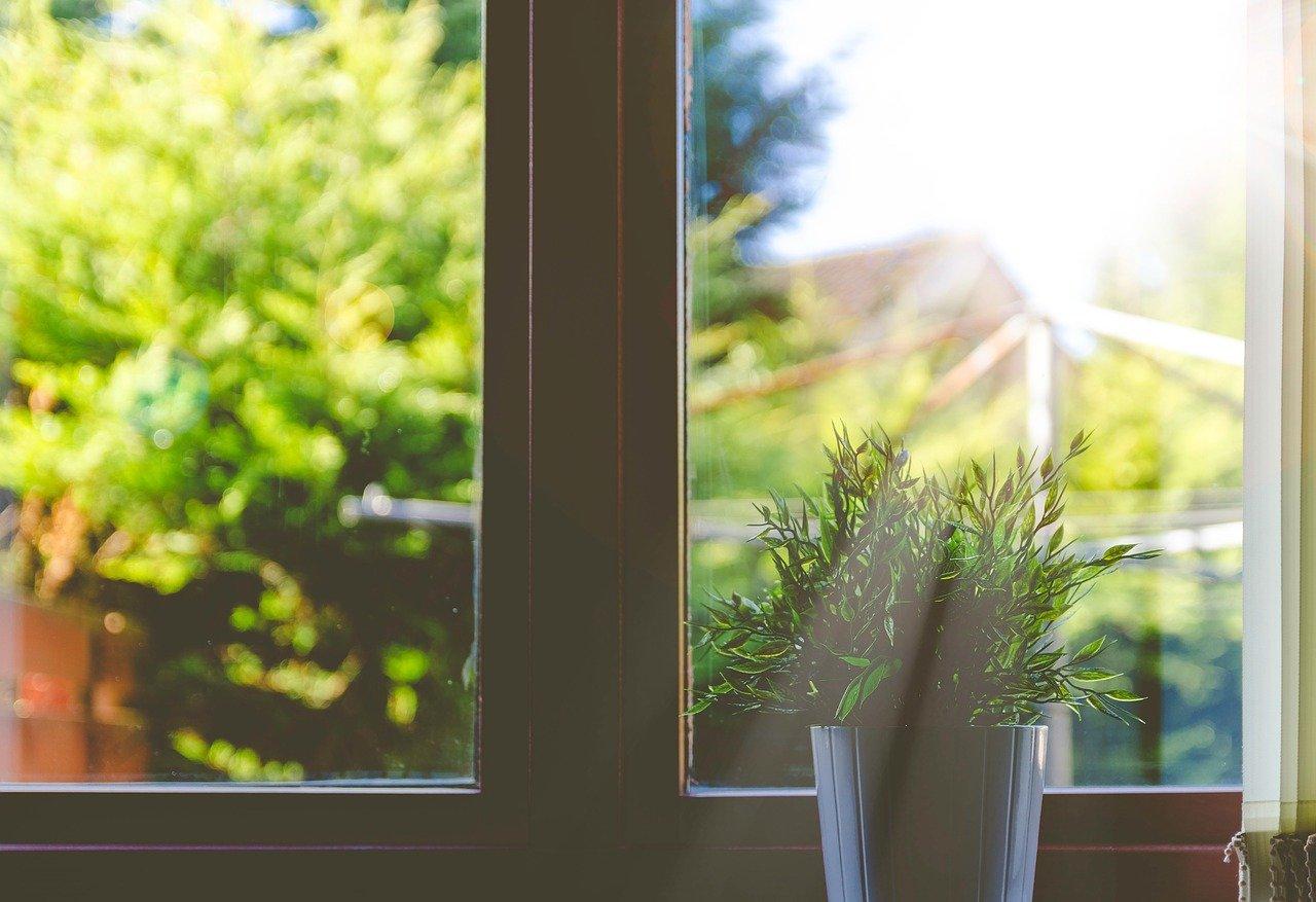 De slimste manieren om je ramen tegen in braak te beveiligen #inbraak #inbraakpreventie #ramen #wonen #beveiligen #huis
