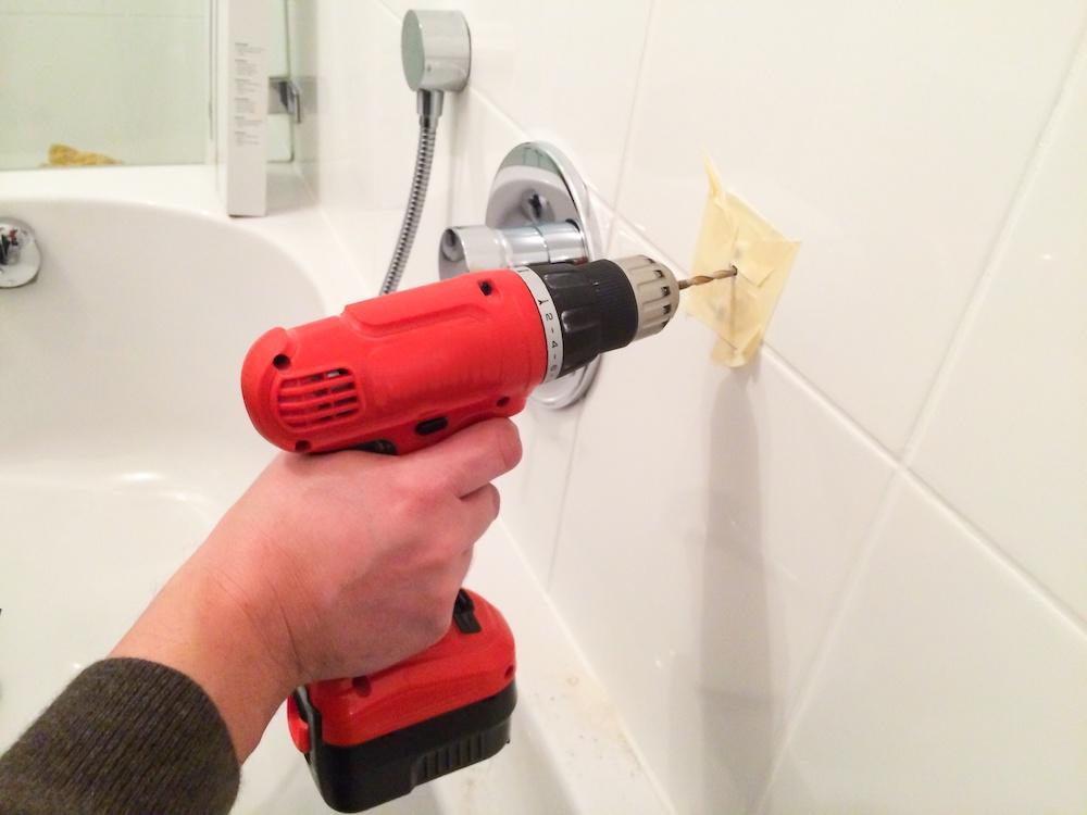 Hoe kun je het beste in badkamer tegels boren #badkamer #tegels #boren #gereedschap #klussen