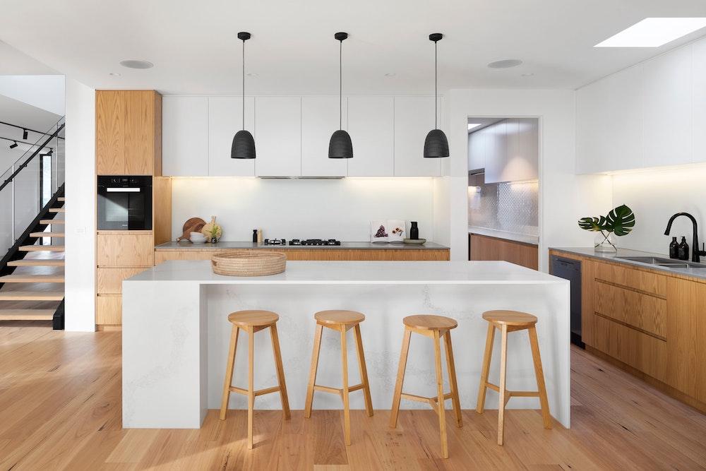 Een keuken midden in de woonkamer zetten: wat komt daarbij kijken? #openkeuken #woonkeuken #kookeiland #keuken #verbouwen