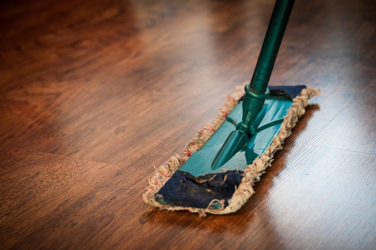 Klaar voor de grote zomer schoonmaak. Je laminaat vloer onderhouden en schoonmaken #laminaat #vloer #schoonmaken