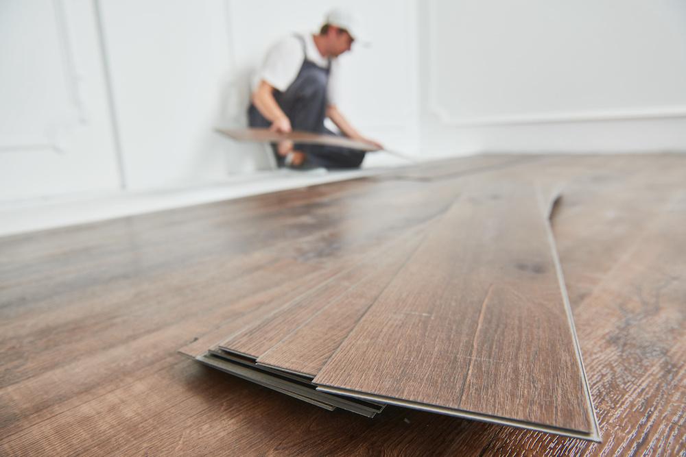 Laminaatvloer leggen met een laminaatsnijder. Hoe gebruik je een laminaatsnijder #laminaat #vloer #laminaatsnijder #laminaatleggen