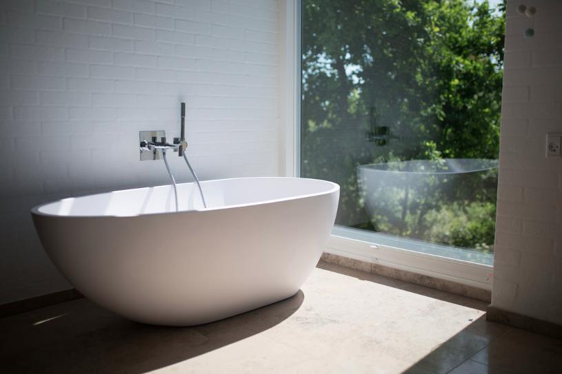 Zo integreer je een vrijstaand bad in je badkamer #badkamer #bad #vrijstaandbad #badkameridee #badkamerinspiratei