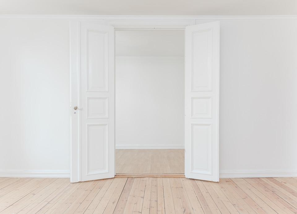Stijlvolle binnendeuren tussen woonkamer en keuken via homingxl #binnendeuren #deuren #interieur #homingxl