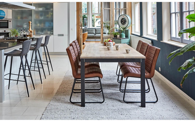 Ook een bar in de keuken? Keukeninspiratie via Goossens Wonen #keuken #keukeninspiratie #barstoelen #goossenswonen