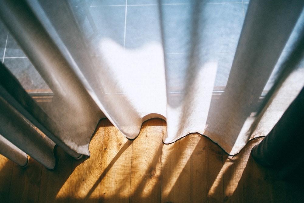 Zo combineer je gordijnen met de vloer en beïnvloed je het karakter van de ruimte #gordijnen #interieur #interieurtips #vloer