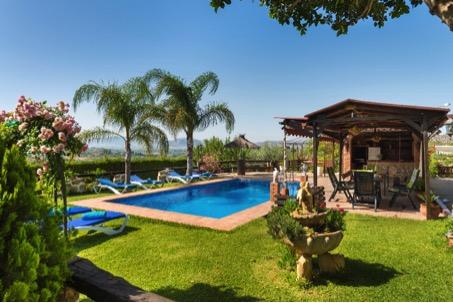 Tuininspiratie: buitenkeuken met wijnbar. Vakantiehuis Andalusie #buitenkeuken #tuin #tuininspiratie