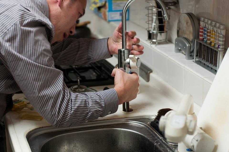 Voor het verhelpen van een lekkage in huis, kunt u de hulp van een loodgieter bij u in de buurt inschakelen. #kraanlekkage #loodgieter