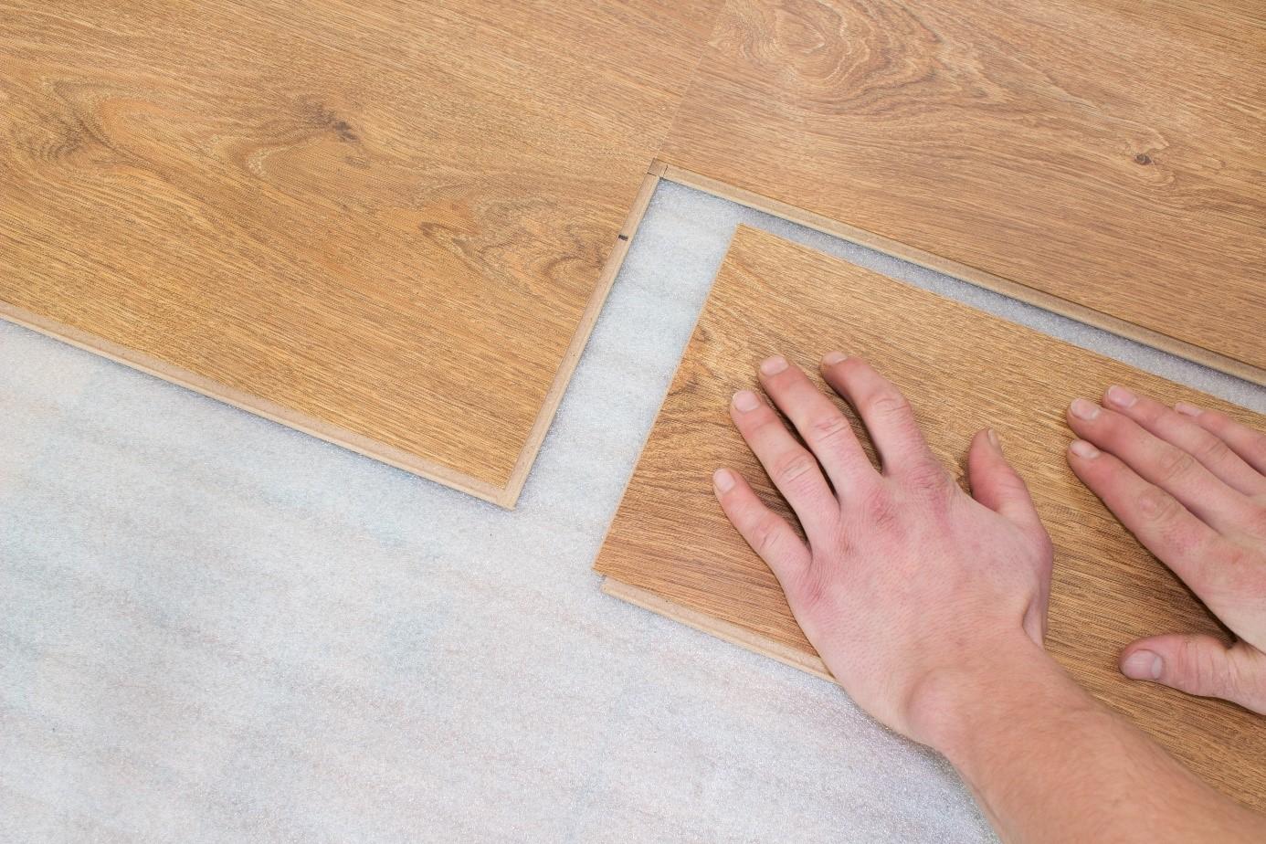 Een nieuwe vloer aanleggen is meestal prijzig: hoe kun je dit financieren? #vloer #verbouwen
