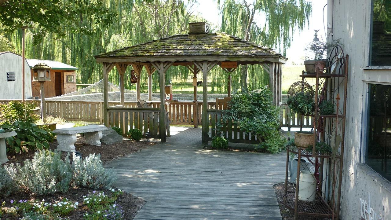 Verbeter je woongenot door de tuin te optimaliseren door de plaatsing van een pergola, veranda, zonwering of tuinmeubilair #tuin #tuinidee