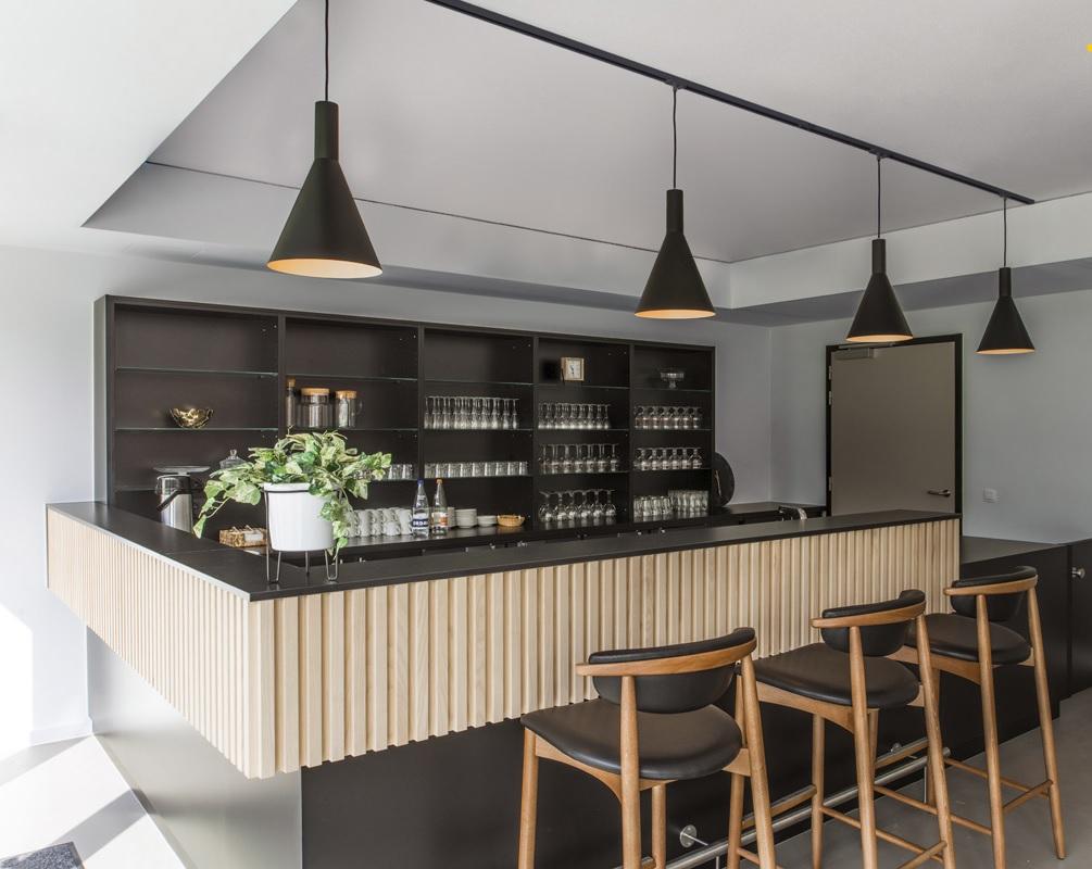 Railverlichting met hanglampen in de keuken #keukeninspiratie #keukenverlichting #keuken #verlichting #railverlichting
