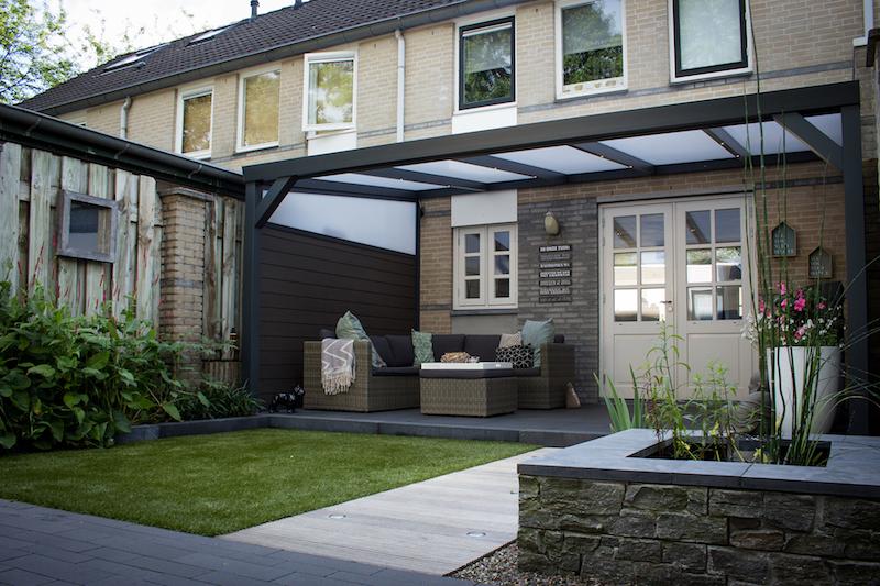 Trek de sfeer van je interieur door naar je tuin met deze tips #terrasoverkapping #tuin #terras #tuintips