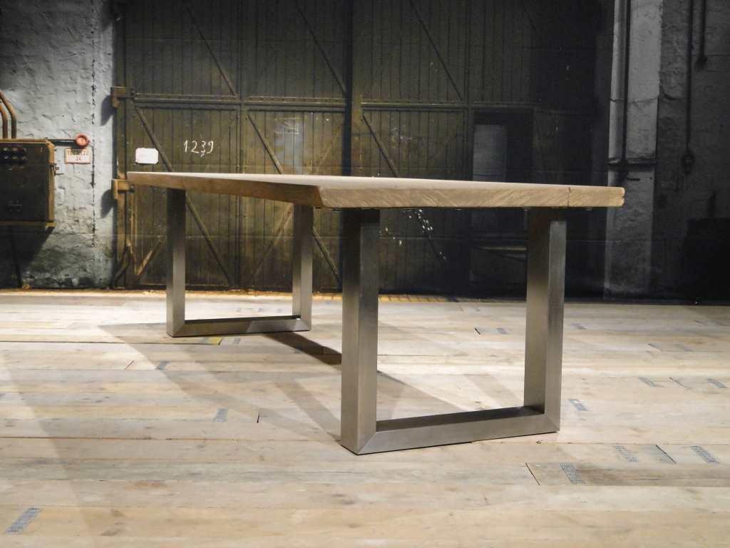 Robuuste houten tafel op laminaatvloer