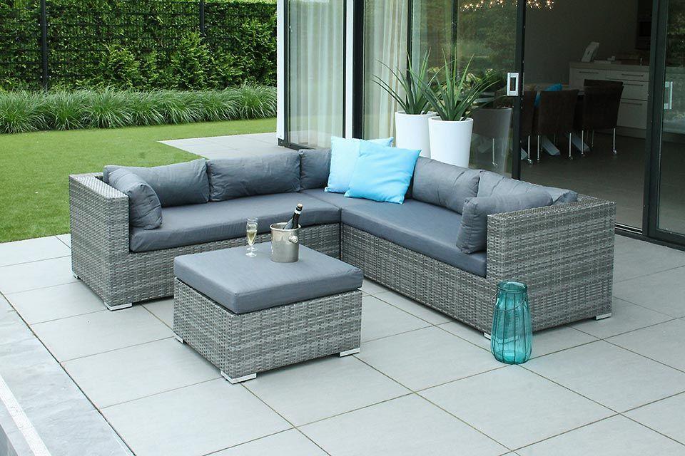 Het aanleggen van een lounge gedeelte in je tuin #tuinmeubelen #tuin