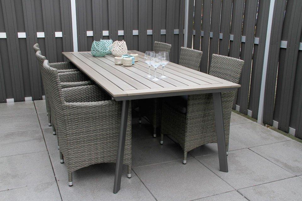Tuintrends 2018. Rope tuinsets zijn erg gewild, niet in de laatste plaats omdat deze meubels onderhoudsarm zijn. Liever geen rope meubels? Kies dan voor aluminium tuinmeubels die veelal gecombineerd worden met natuurlijke materialen zoals hout. #tuinset #vdgarde