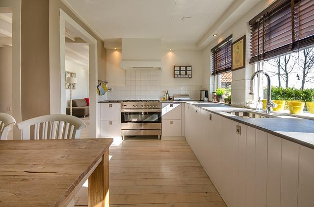 Raamdecoratie voor de keuken: praktisch en stijlvol #keuken #jaloezieën #plissegordijnen