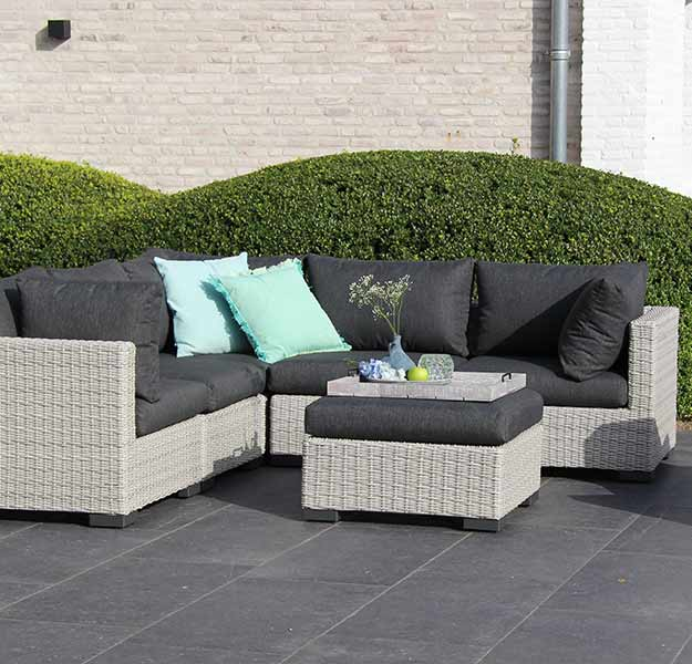 Tuinmeubelen terras. Loungeset. Tips om de sfeer binnen, buiten door te voeren #tuin #terras #loungeset
