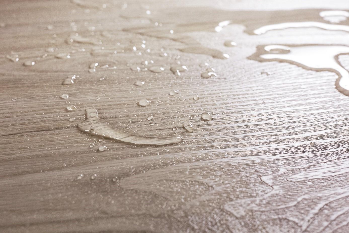 Schade aan de vloer door lekkage: dekt de verzekering alles? #vloer #schade #verzekering