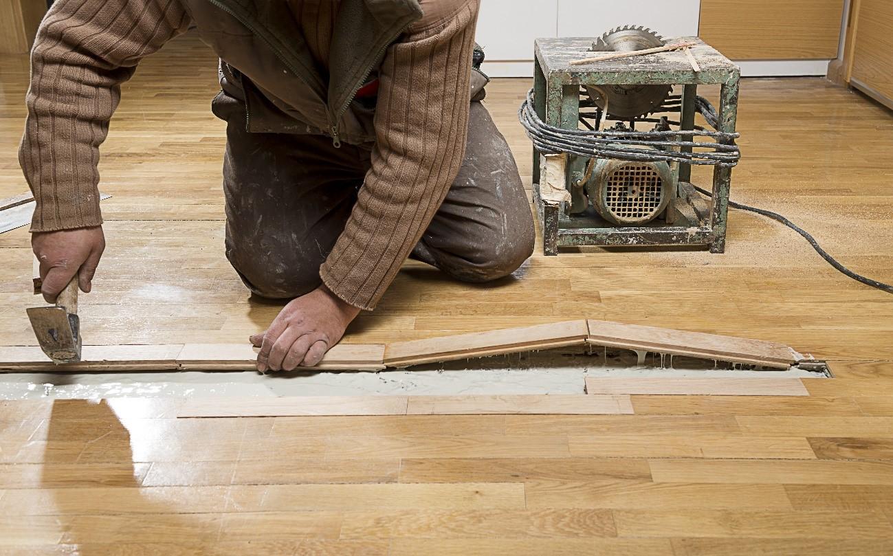 Schade aan de vloer? Met welke verzekering is deze schade verzekerd? Opstalverzekering vergelijken
