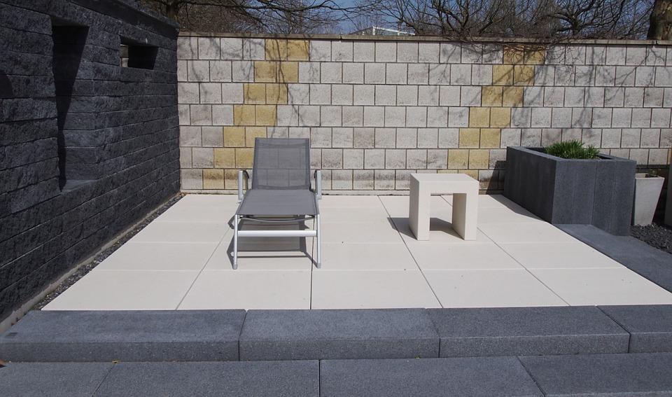 Terras met tegels keramiek op beton #terrastegels #tegeltrends #tuin #tuininspiratie