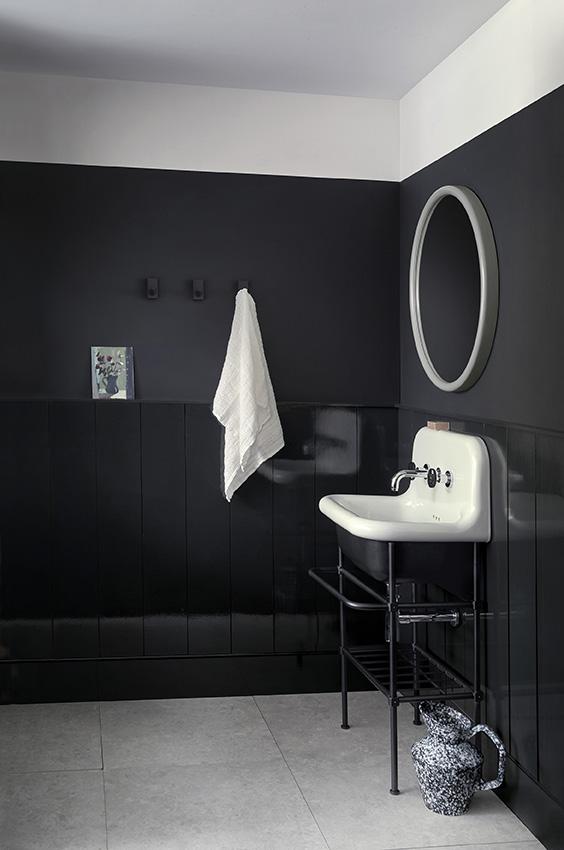 Badkamer zwart wit met Monochrome kleurenkaart van Paper and Paint Library #verf #zwartwit #badkamer