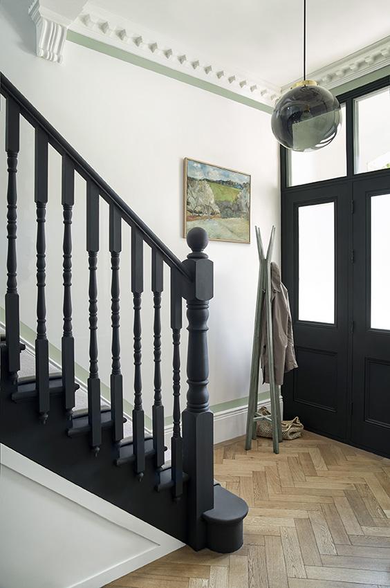 Hal en trap zwart wit met Monochrome kleurenkaart van Paper and Paint Library #verf #zwartwit #interieur