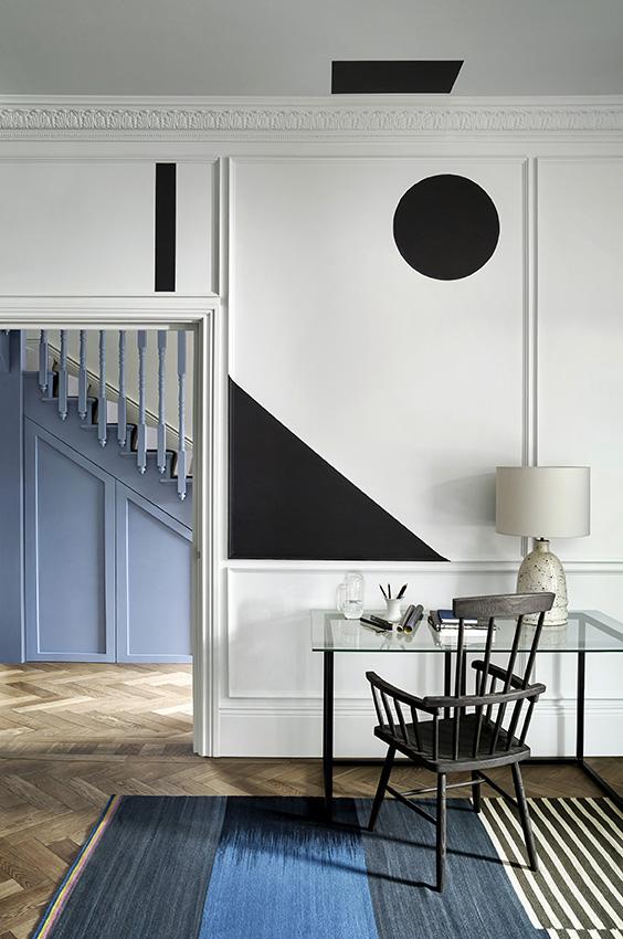 Interieur zwart wit en blauw met Monochrome kleurenkaart van Paper and Paint Library #verf #zwartwit #interieur