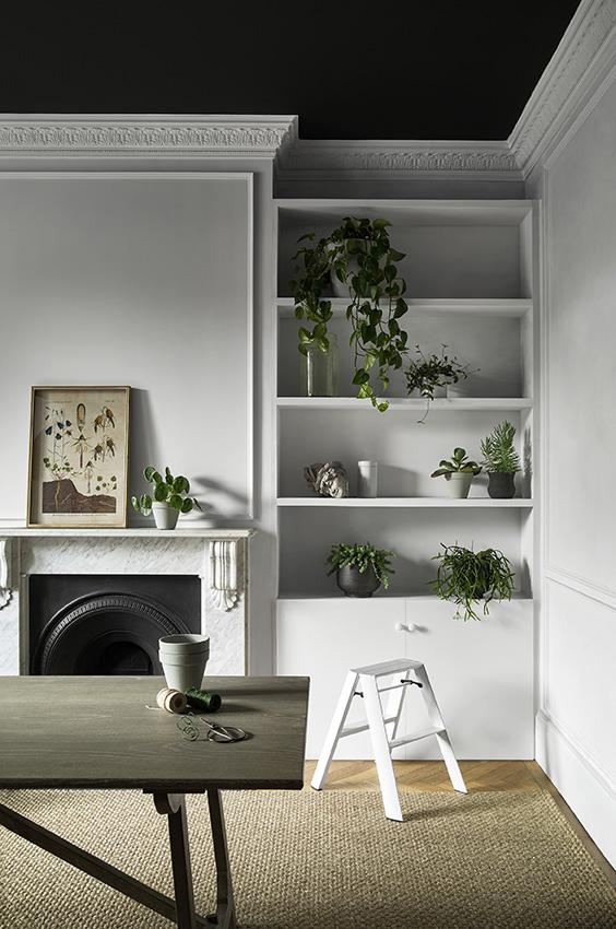 Interieur zwart wit met Monochrome kleurenkaart van Paper and Paint Library #verf #zwartwit #interieur