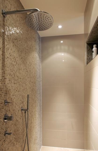 Tegels badkamer design travertin in de badkamer u laminaat gamma brigee sydati marmeren - Marmeren douche ...