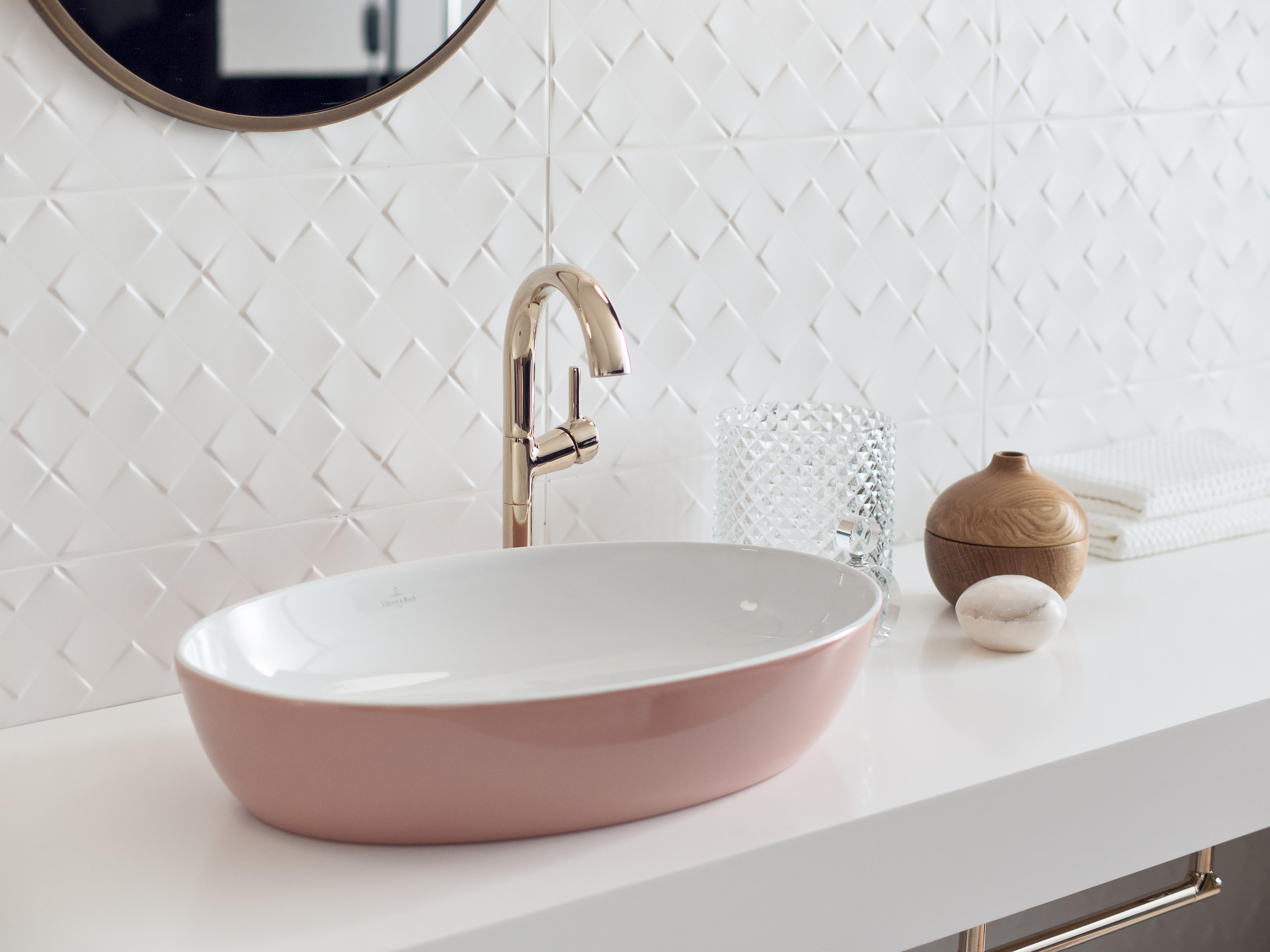 Blog UW-woonmagazine Kleuraccenten voor een sfeervolle badkamer Artis roze wastafel Villeroy and Boch