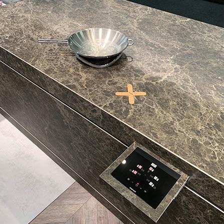 Inductiekookplaat onzichtbaar in werkblad - xxinixx van dekker Zevenhuizen #inductiekookplaat #xxinixx #keuken #keukennieuws