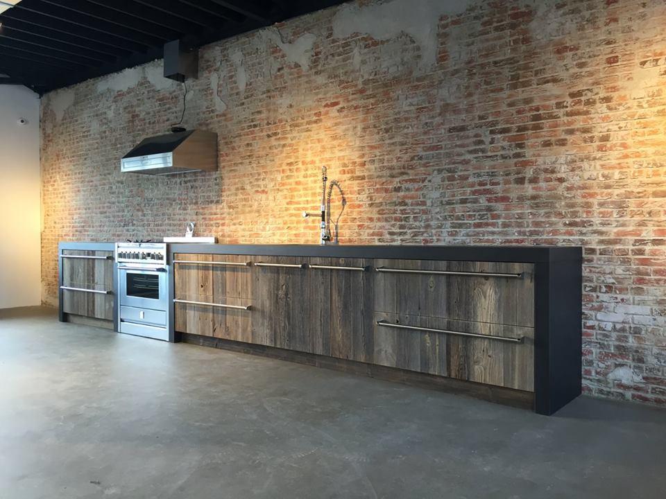 UW-woonmagazine Woonblog Oud hout geeft karakter aan je interieur showroom keuken