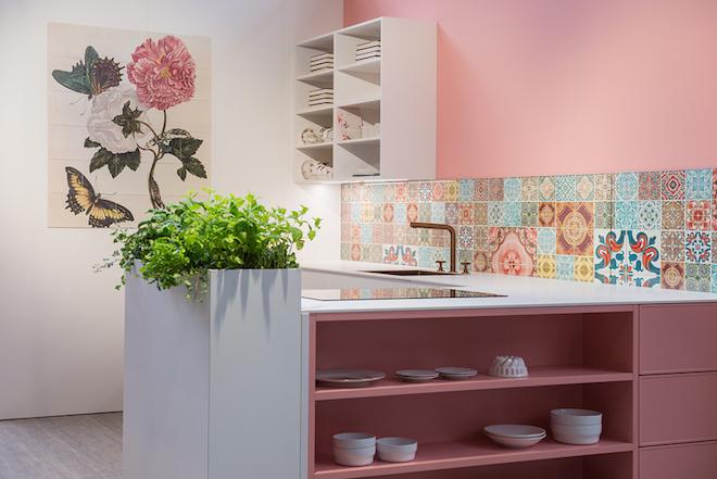 UW-woonmagazine blog Zachte pastelkleuren in huis geven zomers effect door Styling ID keller keuken