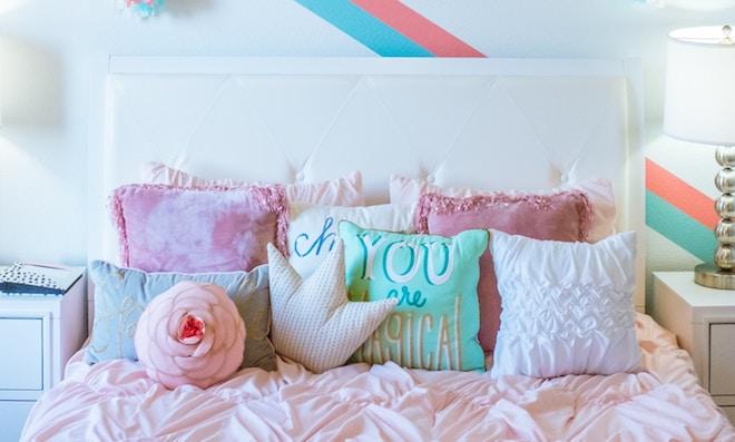 UW-woonmagazine blog Zachte pastelkleuren in huis geven zomers effect door Styling ID bed