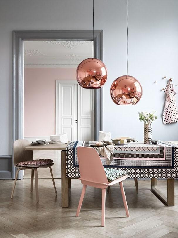 Interieur eettafel met stoel in trendkleur rose quartz en lampen van Tom Dixon via casavogue
