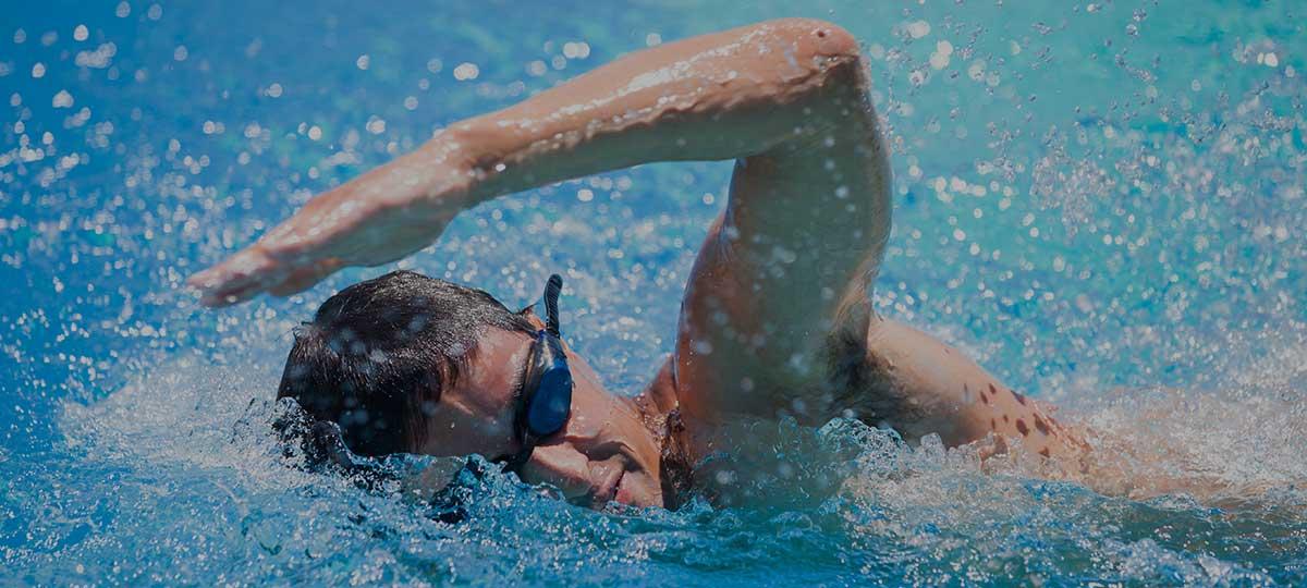 Een zwemmachine maakt de ultieme zwemtraining mogelijk voor ieder niveau zwemmer en sporter. Een zwembad met zwemmachine neemt niet heel veel ruimte in en is een enorme aanwinst voor de tuin. #zwembad #zwemmachine #tuin #tuininspiratie #swimm