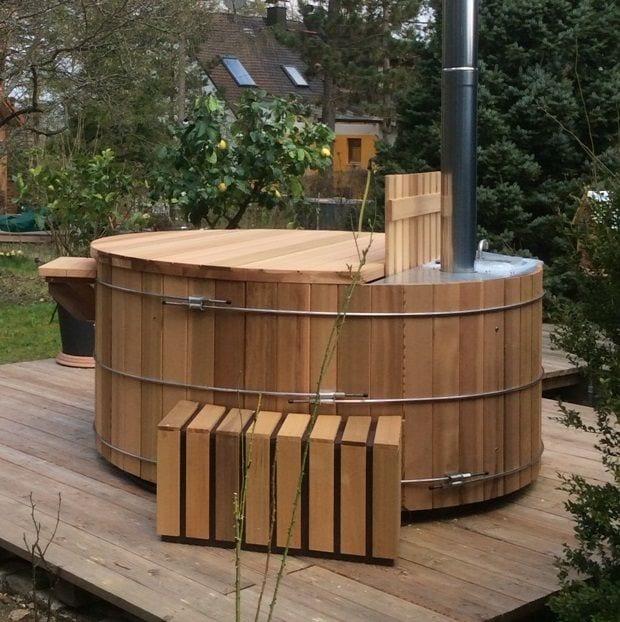 genieten-van-warm-houten-bad-in-de-frisse-buitenlucht.jpg