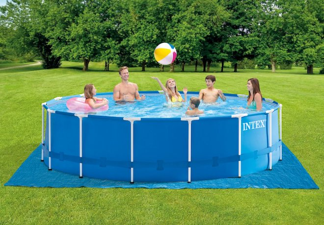 zomerse-verkoeling-in-een-opzetzwembad intex bad