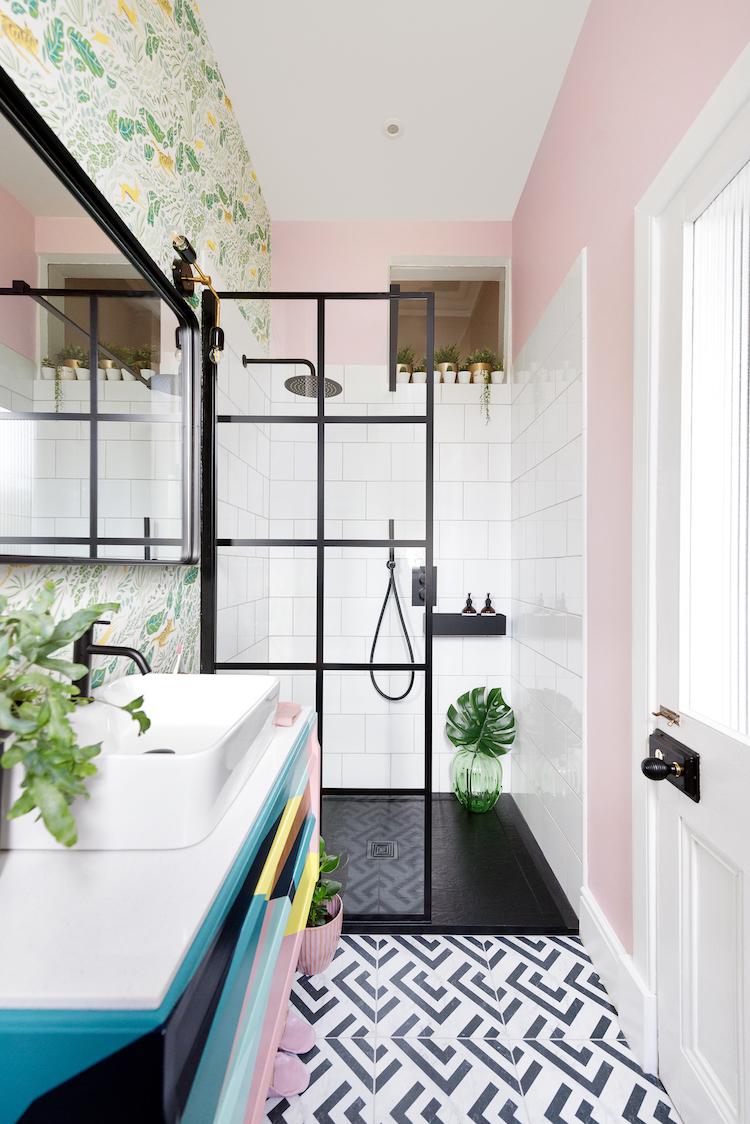 Douchewand met zwart frame van Drench #badkamer #douche #douchewand
