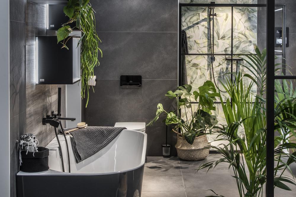 Badkamertrends: zwarte badkamer, groene planten. Villeroy Boch #badkamertrends #badkamer #badkamerinspiratie #zwart #groen