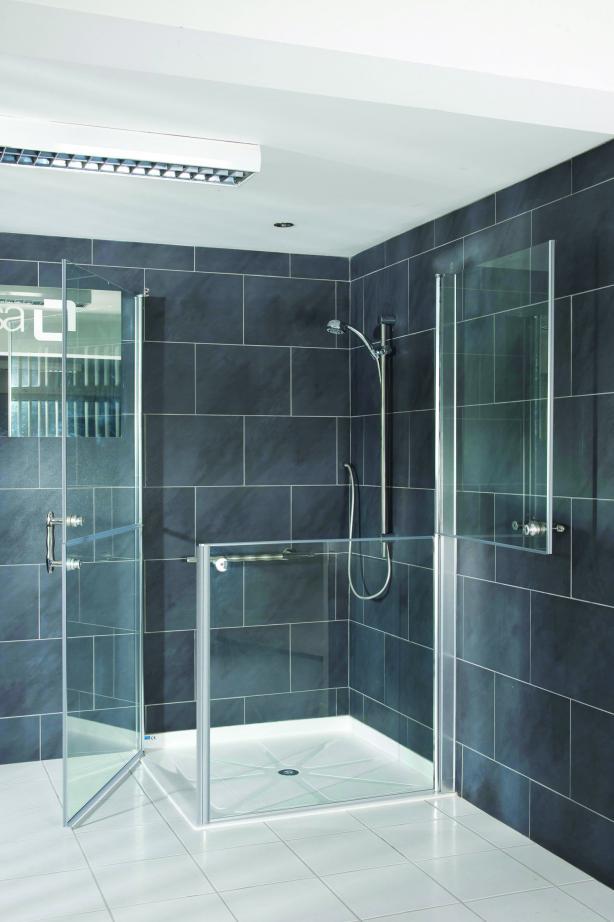 Een aangepaste douche met vlakke douchebak maakt de badkamer leeftijdsbestendig en veilig. Met de staldeur kan er hulp verleend worden zonder dat de hele badkamer nat wordt, waarbij de hoogte van de onderdeur 80 centimeter is. De afmeting van de douchebak kan 100 bij 100 centimeter zijn of 90 bij 90 centimeter.