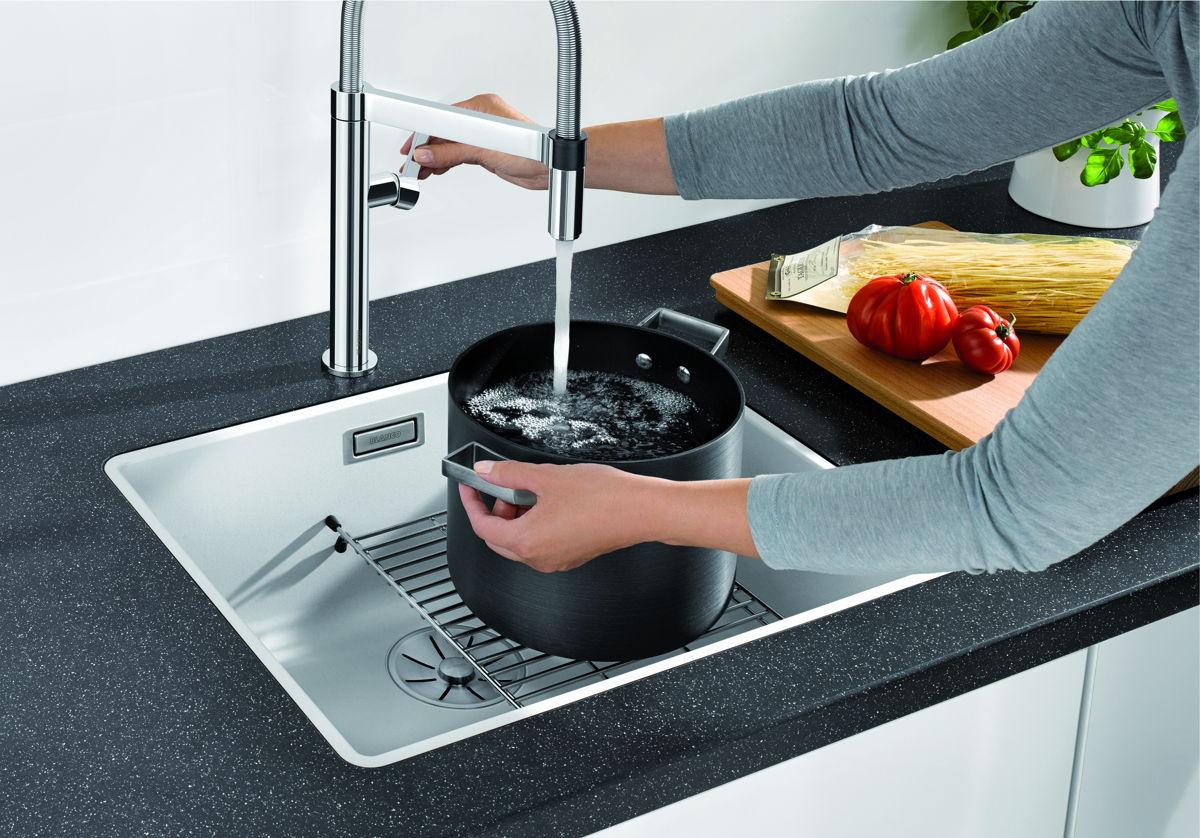 Slimme oplossingen voor de kleine keuken. Blanco heeft handige accessoires voor de spoelbak, zoals het spoelbakrek. Ideaal! #spoelbak #blanco #keuken #accessoires