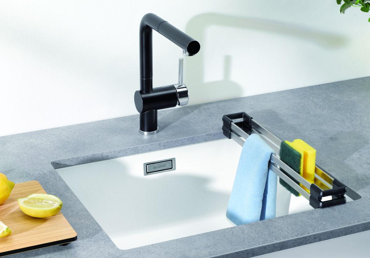 Slimme oplossingen voor de kleine keuken. Blanco heeft handige accessoires voor de spoelbak, zoals deze top-rails. Ideaal! #spoelbak #blanco #keuken #accessoires